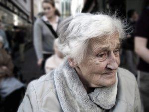 Bei gesunden Menschen bleibt das Gehirn bis ins hohe Alter aktiv. Gegen fortschreitenden Alzheimer können regelmäßige Denkaufgaben helfen.